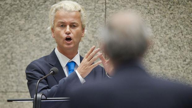Hoewel de geheime afluisterapparatuur duidelijk zichtbaar is, lijkt Wilders niets in de gaten te hebben